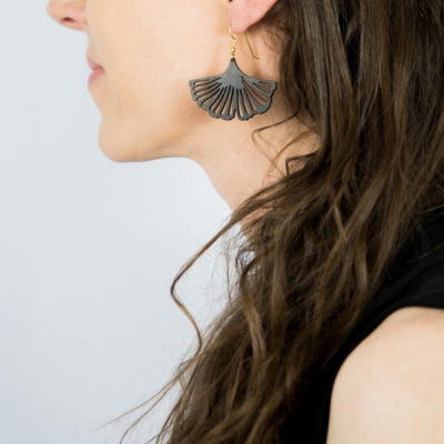 Boucles d'oreilles ginkgo plaqué or portées