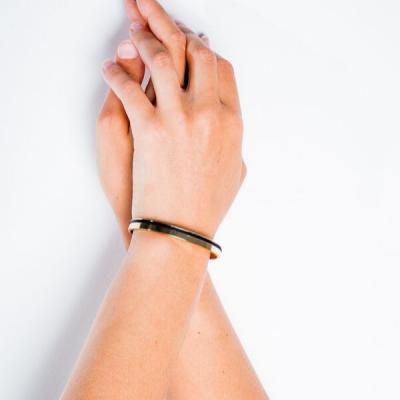Bracelet jonc doré porté