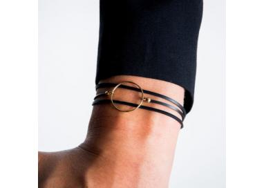 Bracelet anneau et caoutchouc plaqué or porté