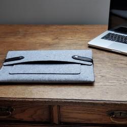 Envie d'une pochette pour protéger votre ordinateur après une journée de télétravail ou pour l'emmener au bureau ?  Découvrez notre pochette d'ordinateur qui est fabriquée en France à partir de chutes de caoutchouc et de feutrine destinée à recouvrir l'intérieur des tgv.  #madeinfrance #maroquineriefrancaise #upcycling #surcyclage #zerodechet #modedurable #housseordinateur #saintlazarefrance