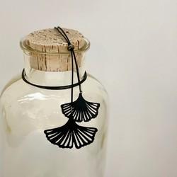 Surprenez-la pour la fête des mères en lui offrant ce sautoir avec des feuilles de ginkgo en chambre à air de vélo ♻   Nous le présentons dans un joli pochon recyclé avec une carte décrivant l'histoire unique de ce bijou fabriqué en France.  #upcycling #surcyclage #bijouxcreateur #sautoir #bijoumadeinfrance #bijoufantaisie #bijoufemme #fetedesmeres #cadeaufemme #saintlazarefrance
