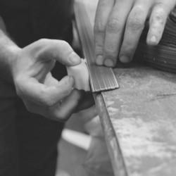 Nos ceintures sont fabriquées localement et à la main dans un atelier de maroquinerie. Elles sont réalisées de la même manière qu'une ceinture en cuir, avec notamment le travail de la tranche.  #saintlazarefrance #artisanatlocal #ceinture #upcycling #modecirculaire #surcyclage #zerodechet