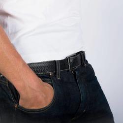 Et si on réduisait l'empreinte écologique de la mode?  Cette ceinture est fabriquée à partir d'une lance à incendie ♻️. C'est un atelier de maroquinerie situé à 15 km de l'endroit où nous récupérons la matière qui la réalise (empreinte carbone faible).  Elle est montée avec une jolie boucle en laiton massif brossé pour lui donner un style casual chic.  Elle ressemble à du cuir et pourtant nous n'utilisons pas de cuir animal. 🌱  #ceinture #modevegan #moderesponsable #surcyclage #zerodechet #ecoresponsable #consommermieux #modedurable #economiecirculaire #vegan #pompier #saintlazarefrance