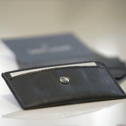 Le porte-cartes SAINT LAZARE est l'élégante association entre la chambre à air de vélo et la toile nautique. Ces deux matières en font un accessoire résistant, étanche, léger et fin.  A la fois sobre et élégant, il se glissera facilement dans vos poches et sacs. De couleur noire, il peut contenir jusqu'à 4 cartes ou 2 cartes et billets.  Il est fabriqué dans un atelier de maroquinerie parisien et est actuelement en préventes sur kisskissbanbank (lien dans notre bio).  #portecarte  #maroquineriefrancaise #ecoresponsable #cadeau #surcyclage #modedurablefrance #zerodechet #saintlazarefrance #faitaparis