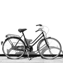 Enfourchez votre petite reine, c'est la journée mondiale pour le vélo. Ce moyen de transport simple, accessible et fiable est bon pour : ✔️ votre santé ✔️ l'environnement ✔️ et SAINT LAZARE !  Nous récupérons les chambres à air usagées pour les transformer en bijoux et accessoire de mode, élégants et durables.  #saintlazarefrance #velo #zerodechet #cycliste #modedurable #consommerautrement #ecologie #consommermieux #economiecirculaire #modecirculaire