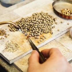 Sublimer des matières oubliées, telle est notre mission.  Afin de les embellir, nous avons choisi de les associer à des matériaux de qualité. Pour nos bijoux, nos apprêts sont en argent massif avec un plaquage or ou rhodium. Nos boucles de ceintures sont en laiton massif. Nous sommes exigeants sur la qualité, pour vous proposer des accessoires de mode et bijoux, élégants et durables.  #saintlazarefrance #plaqueor #bijouxfaitmain #argent925 #bijouxargent #bijouxfemme #creatricedebijoux #upcycling #modedurable #moderesponsable