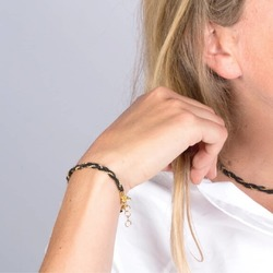 Ce joli bracelet est tressé avec une chaîne boule en plaqué or et deux fines bandes de caoutchouc provenant de l'industrie automobile.  Il s'ajuste grâce à une chaîne amovible et se porte également avec le collier assorti.  #saintlazarefrance #bracelet #collier #bijouxcreateur #bijouxfemme #zerodechets #surcyclage #modecirculaire #consommerautrement