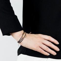 Un style graphic chic pour ce bracelet en plaqué or.   Il est fabriqué dans notre atelier lillois à partir de chutes de caoutchouc issues de l'industrie automobile.   Cette matière nous permet de découper des lanières très fines et de vous proposer un bracelet léger et résistant à l'eau. Il s'ajuste à tous les poignets grâce à une chaîne de réglage.  #bracelet #barceletargent #bijoux #bijouupcycling #bijouupcyclé #braceletethique #moderesponsable #upcycling #saintlazarefrance #erictahou