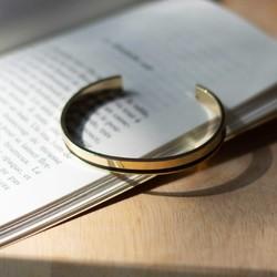 Un bracelet jonc aux lignes épurées qui s'adapte à tous les poignets.  #bracelet #jonc #saintlazarefrance #cadeaufemme #bijou #madeinfrance #bijoumadeinfrance #upcycling
