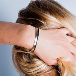 Un style à la fois sobre et chic pour ce bracelet jonc.  #jonc #bracelet #cadeaufemme #modedurable #saintlazarefrance