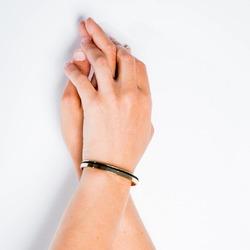 Nous créons des bijoux élégants et épurés.  #simplicité #bijouxfemme #ecoresponsable #modedurable #bracelet #jonc #saintlazarefrance