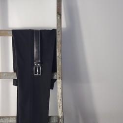 Nous avons redonné vie à une lance à incendie en la transformant près de Lille, en une ceinture élégante et durable. Nous l'avons ornée d'une jolie boucle en laiton massif pour lui donner un style casual chic.  Nous fabriquons des ceintures pour femmes et hommes de la taille 80 à 120.  #saintlazarefrance #ceinture #fetedesperes #ceinturevegan #ideecadeauhomme #vegan #grandetaille  #modedurable #upcycling #veganlife