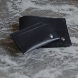 Travailler une chambre à air de vélo comme si c'était du cuir et réussir à créer un porte-cartes et un portefeuille. C'est le défi que notre atelier de maroquinerie parisien a relevé avec brio.  #saintlazarefrance #upcycling #surcyclage #maroquineriefrancaise #portecartes #portefeuille #madeinfrance #maroquinerievegan #modedurable  #modecirculaire #zerodechets