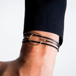 Envie d'offrir un cadeau responsable pour la fête des mères ?  Découvrez nos bracelets fabriqués à la demande dans notre atelier, à partir de chutes de caoutchouc provenant de l'industrie automobile. Ils sont montés avec des apprêts en argent 925 (plaqué or ou rhodié). Des bijoux durables, faits pour durer. Nous les emballons dans un joli pochon recyclé et les expédions gratuitement en France.  #saintlazarefrance #ideecadeau #offrir #fêtedesmères #bijouxfantaisie #cadeaufemme #bijouxtendance #fetedesmeres #bijouxfemme  #bracelet #bonnefetemaman #cadeauresponsable #cadeauecolo
